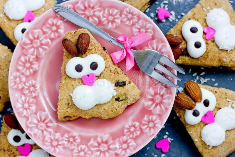 Invitaciones dulces para los niños - conejos divertidos de las galletas del conejito fotos de archivo libres de regalías