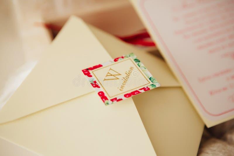 Invitaciones hechas a mano de la boda fotografía de archivo