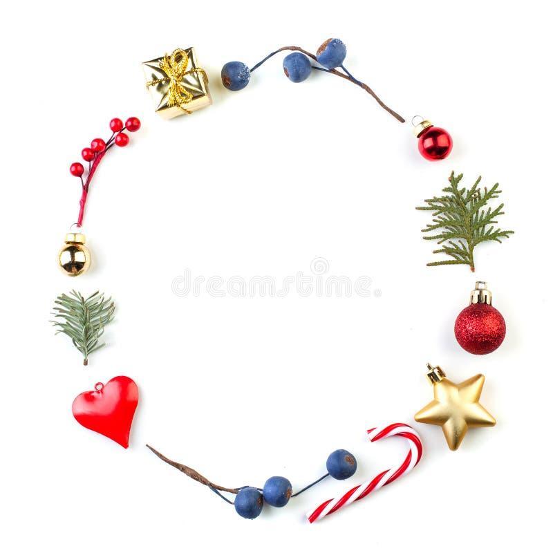 Invitaciones mínimas de la guirnalda de Navidad Composición redonda del ornamento de la Navidad aislada en el fondo blanco foto de archivo libre de regalías