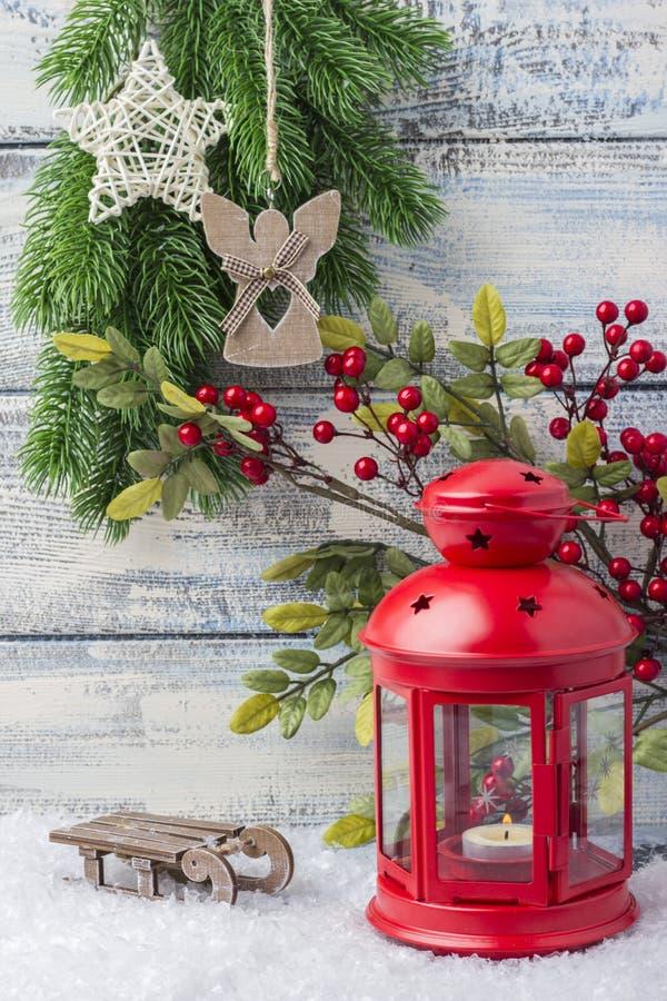 Invitation d'an neuf Arbre rouge de chandelier et de Noël de brin Le thème de la nouvelle année et du Noël photographie stock libre de droits