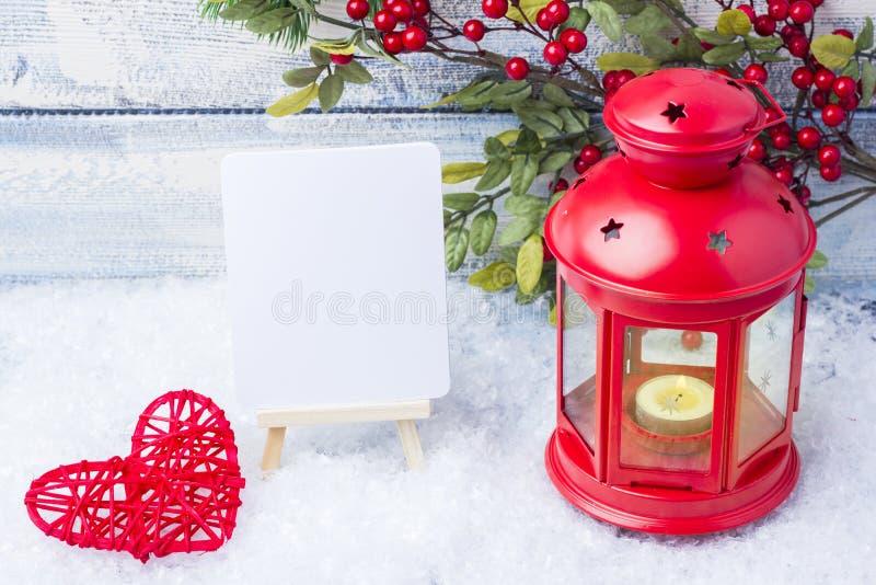 Invitation d'an neuf Arbre rouge de chandelier et de Noël de brin Le thème de la nouvelle année et du Noël image stock