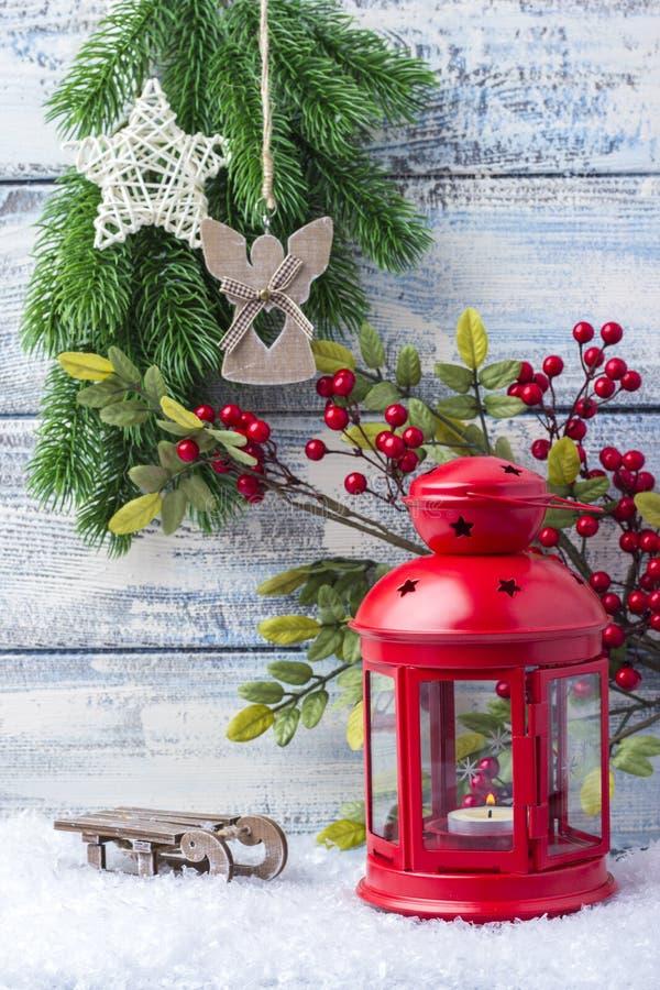 Invitation d'an neuf Arbre rouge de chandelier et de Noël de brin Le thème de la nouvelle année et du Noël images libres de droits