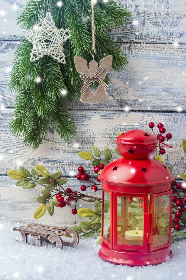 Invitation d'an neuf Arbre rouge de chandelier et de Noël de brin Le thème de la nouvelle année et du Noël photos stock