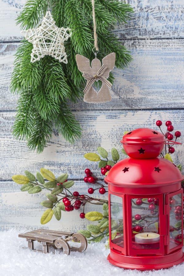 Invitation d'an neuf Arbre rouge de chandelier et de Noël de brin Le thème de la nouvelle année et du Noël images stock