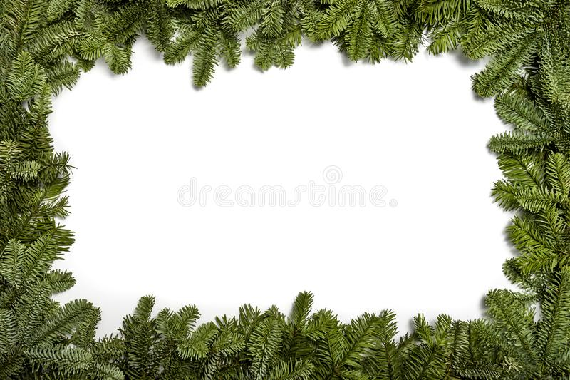 Invitation d'an neuf Salutations de Noël Vue avec des branches d'un arbre de Noël, sur un fond blanc photographie stock