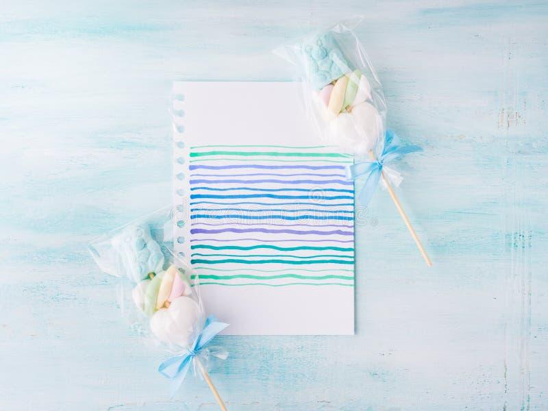 Invitation de carte d'anniversaire d'enfant de bébé garçon sur le fond en pastel image stock