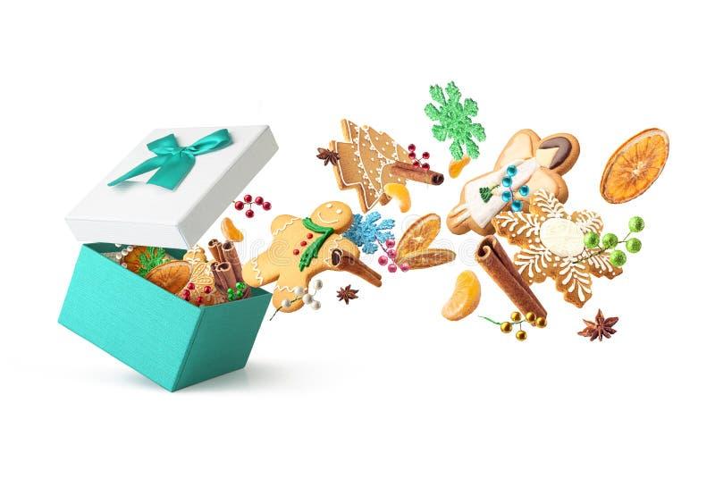 invitation new year Ask för gåvor med ljust rödbrun isolerade kakor och julleksaker royaltyfri bild
