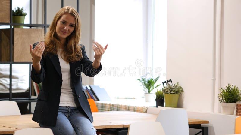 Invitera för att sammanfoga projektaffärskvinnan som i regeringsställning sitter på skrivbordet arkivbild