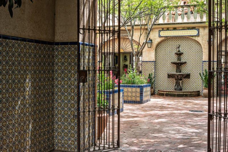 Inviterande passage, Tlaquepaque i Sedona, Arizona royaltyfria foton