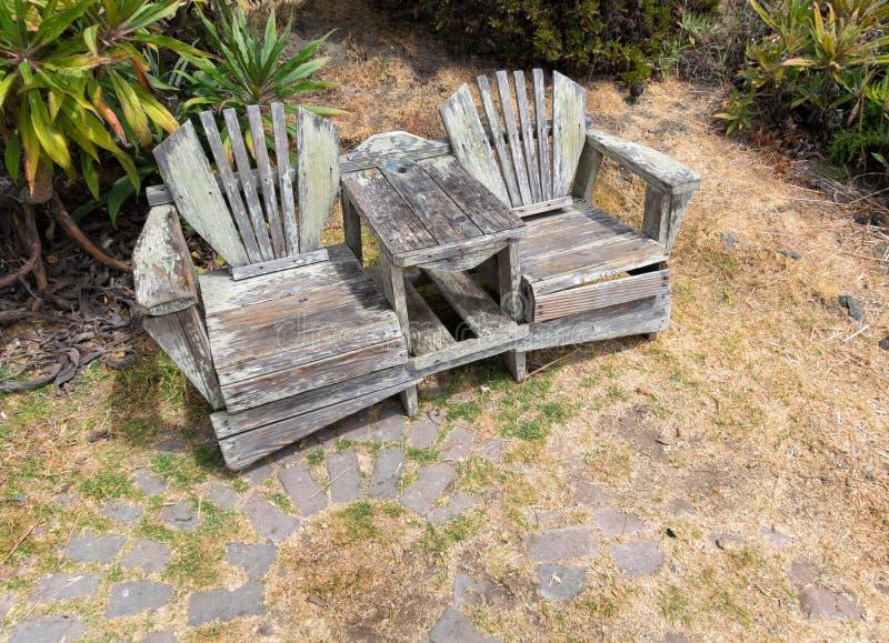 Inviterande stolar i trädgården arkivfoto