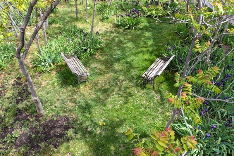 Inviterande trädgård arkivfoton