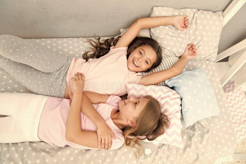 Inviti l'amico per lo sleepover Migliori amici per sempre Consideri il pigiama party di tema Infanzia senza tempo del pigiama par fotografia stock