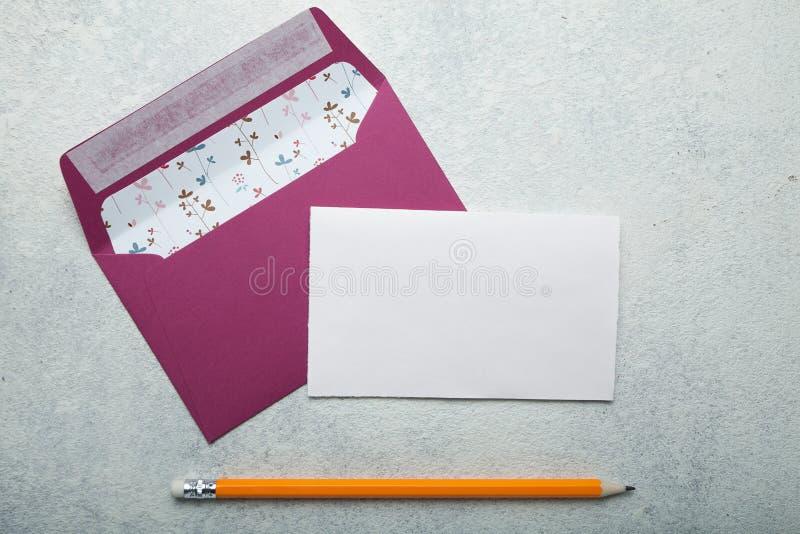 Inviti porpora della posta e della busta alle nozze su un fondo bianco immagine stock