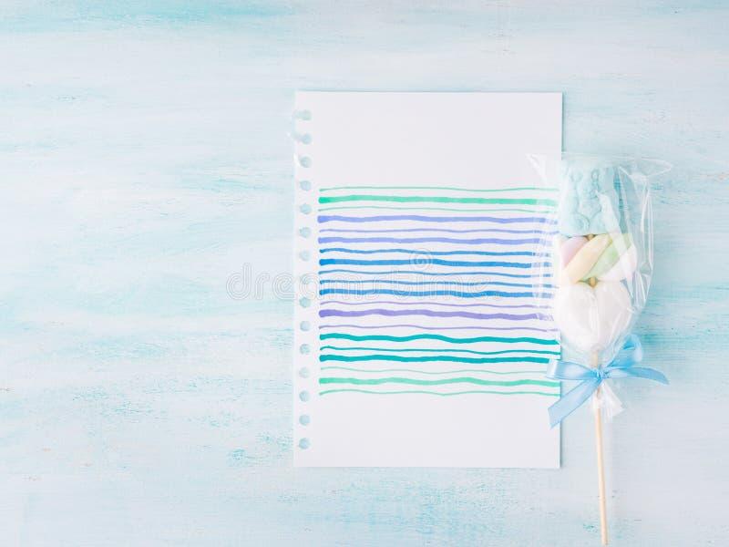 Invito del biglietto di auguri per il compleanno del bambino del neonato su fondo pastello fotografia stock libera da diritti