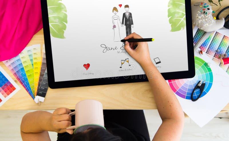 invito di nozze del disegno del progettista su una compressa fotografia stock