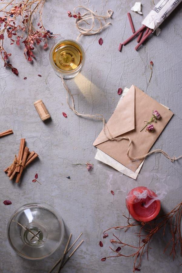 Invito di nozze o lettera di amore per il San Valentino, bicchiere di vino immagini stock