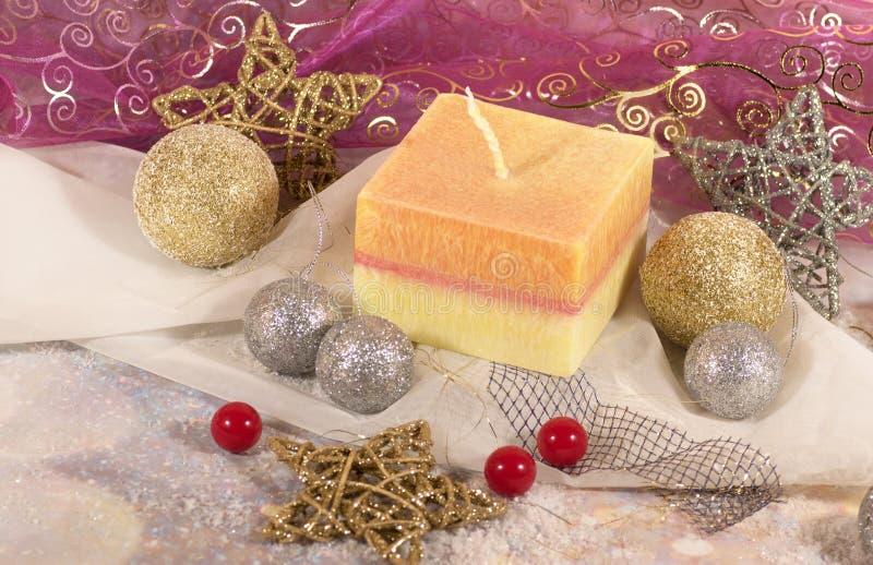 Invito di nuovo anno Natale grande candela nelle palle dell'argento e dell'oro della decorazione e stelle su un fondo dell'oro Pr fotografia stock libera da diritti