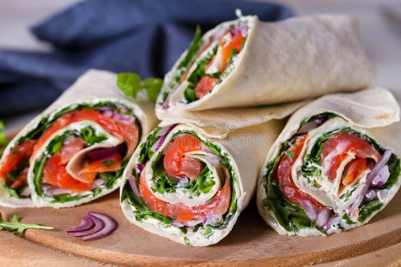 Involucri del formaggio di color salmone e cremoso Involucri con il salmone Burrito saporito casalingo fotografie stock