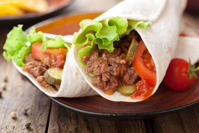 Involucri della tortiglia con carne e le verdure immagine stock libera da diritti