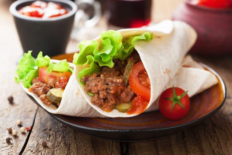 Involucri della tortiglia con carne e le verdure fotografia stock libera da diritti
