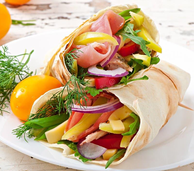 Involucri freschi della tortiglia con carne e le verdure fotografia stock