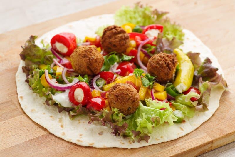 Involucro del Falafel con le verdure e le cipolle rosse fotografie stock