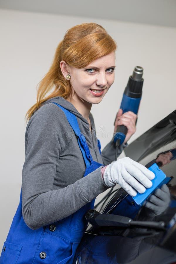 Involucro dell'automobile che tinge la finestra di automobile in garage con una stagnola o un film tinta fotografie stock libere da diritti