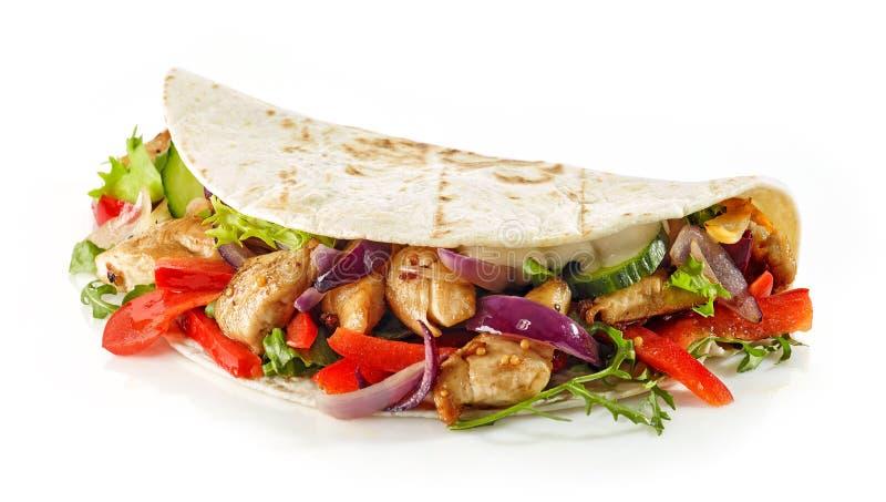 Involucro della tortiglia con la carne e le verdure del pollo fritto fotografia stock libera da diritti