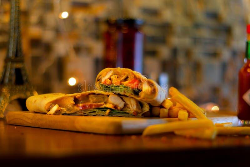 Involucro di Maxicano del pollo con le patate fritte fotografie stock libere da diritti