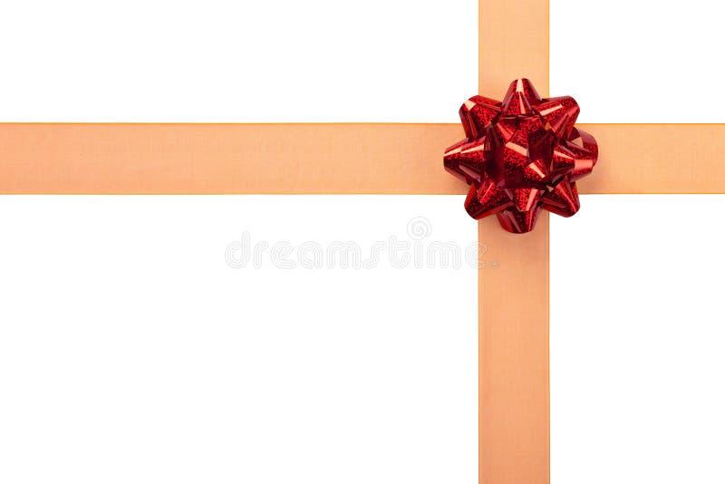 Involucro di regalo con il nastro arancione e l'arco rosso fotografie stock libere da diritti