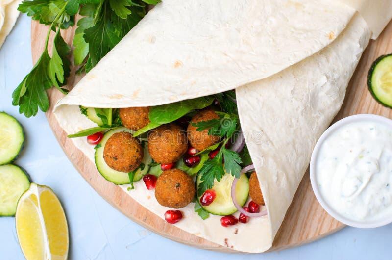 Involucro fresco del Falafel con le erbe e le verdure, pasto vegetariano fotografia stock