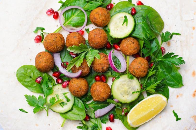 Involucro fresco del Falafel con le erbe e le verdure, pasto vegetariano immagini stock libere da diritti
