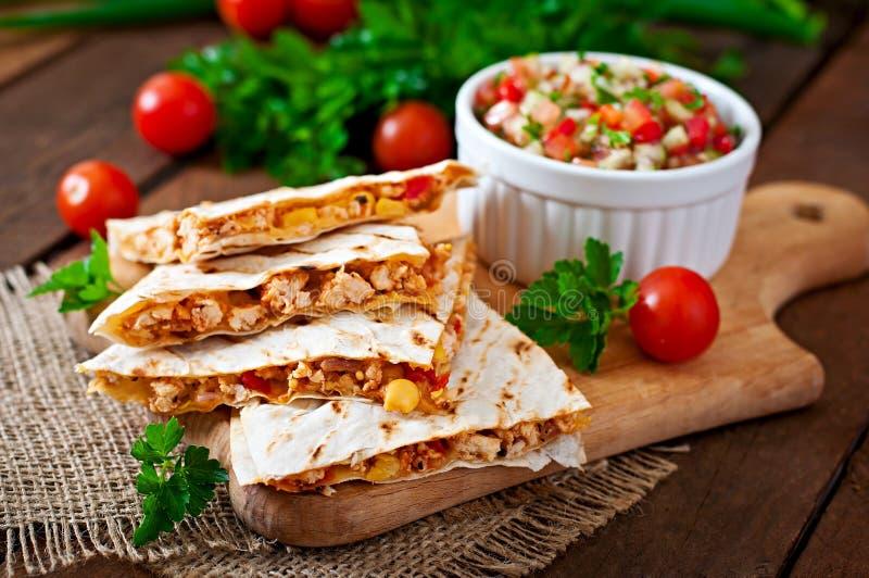 Involucro messicano di quesadilla con il pollo, il mais ed il peperone dolce immagini stock