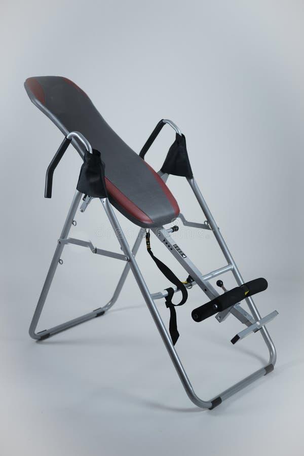 Inwersja stołu kręgosłupa bólowa ulga z powrotem mościł do góry nogami terapii maszynę obraz stock