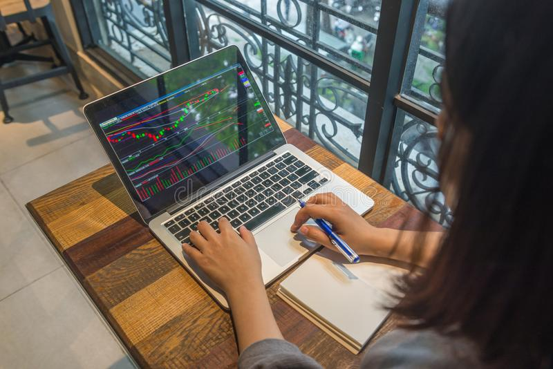 Inwestor analizuje zmianę rynek papierów wartościowych na laptopie obraz stock