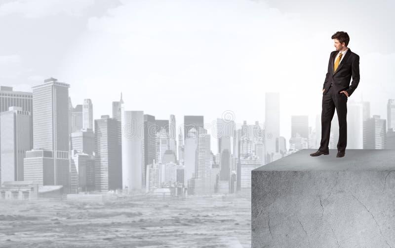 Inwestor spoglądający na miasto z daleka zdjęcia stock