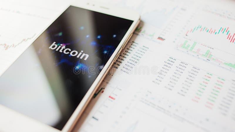 Inwestycja w Bitcoin, pojęcie Statystyki i raporty, analiza cryptocurrency rynek obrazy royalty free