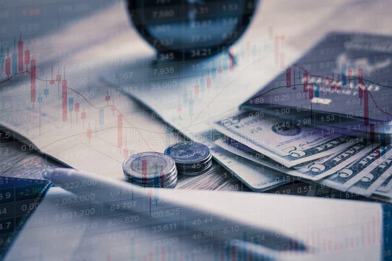 Inwestycja z małym budżetem i dokument na stole zdjęcie royalty free