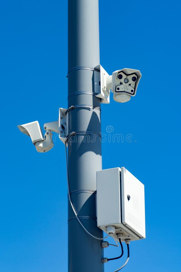 Inwigilacj kamery na słupie przeciw niebieskiemu niebu fotografia stock