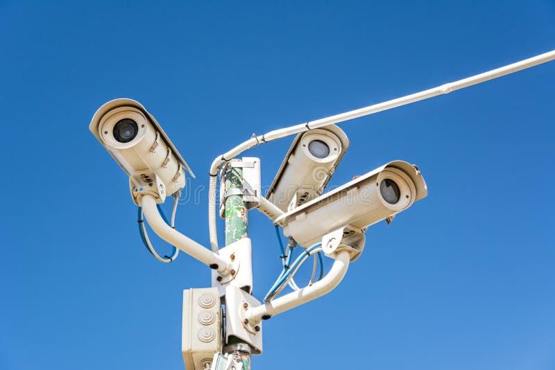 Inwigilacji kamery przed niebieskim niebem zdjęcie royalty free