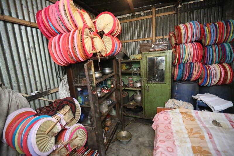 Inwoner van Bangladesh gemaakte kleurrijke Hand - gehouden ventilator royalty-vrije stock foto