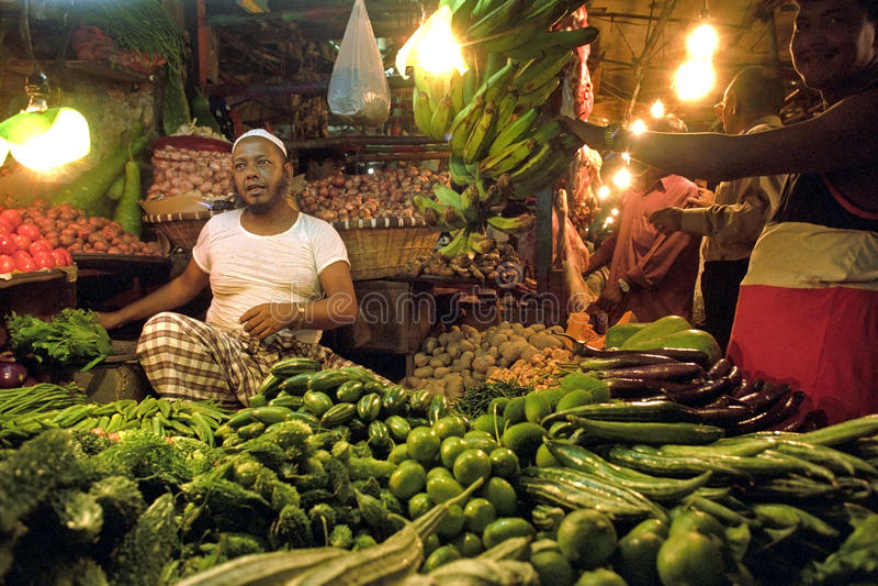 Inwoner van Bangladesh groentehandelaar in box op binnenmarkt stock afbeeldingen
