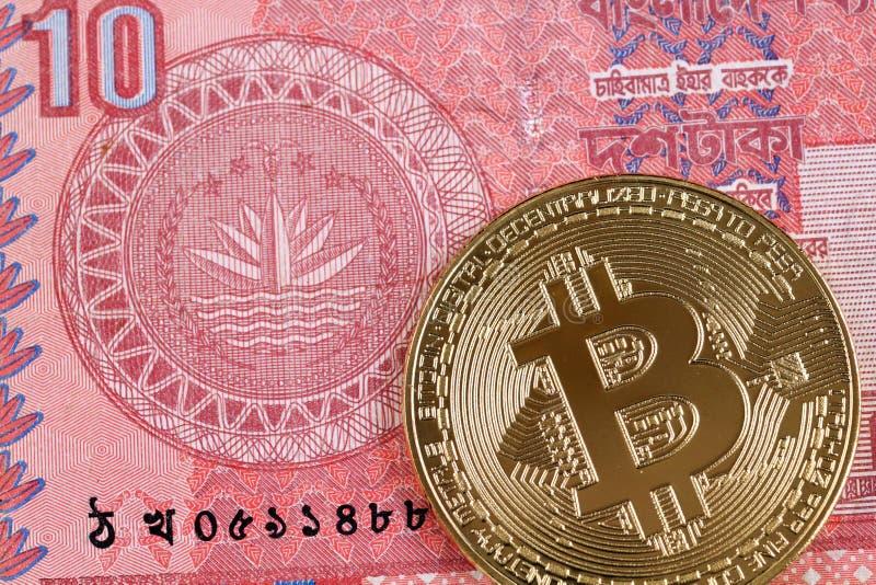 Inwoner van Bangladesh taka tien nota met een gouden bitcoin stock afbeelding
