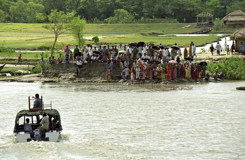 Inwoner van Bangladesh tribune op rivierbank die op boot wacht royalty-vrije stock fotografie