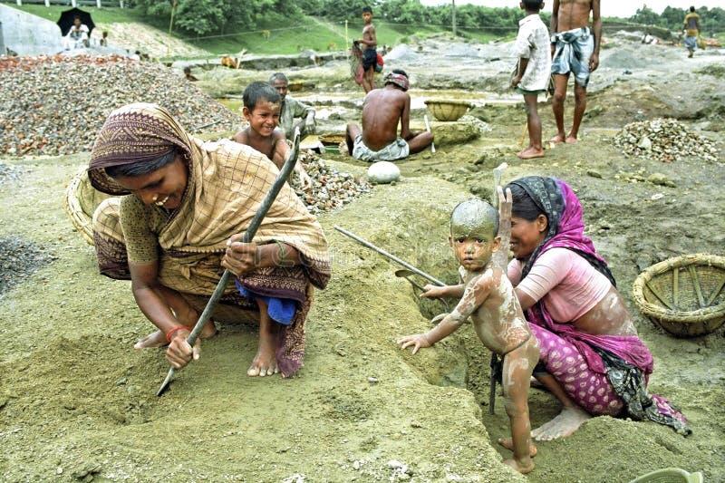 Inwoner van Bangladesh vrouwen die met jonge geitjes in grintkuil werken royalty-vrije stock afbeelding