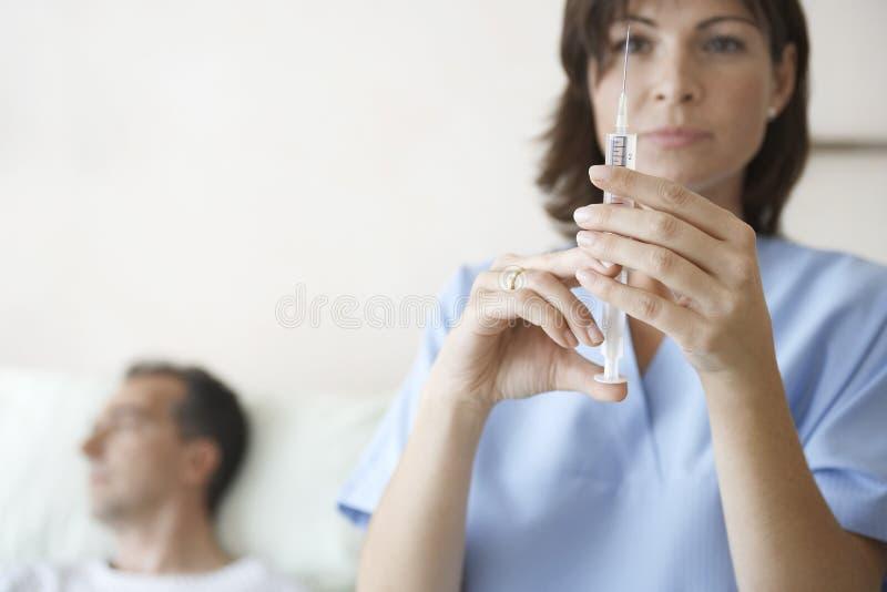 Inyección de Preparing Syringe For de la enfermera del paciente fotos de archivo libres de regalías