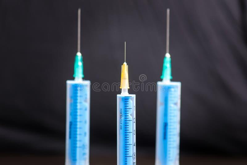 Inyección médica en fondo oscuro Equipo plástico de la vacunación de la medicina con la aguja Salud y cuidado vacunación Medicina fotos de archivo