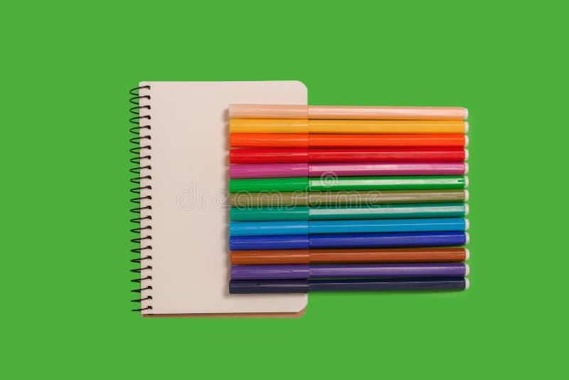 Inzameling die van gevoelde pennen op een blad van document liggen stock fotografie
