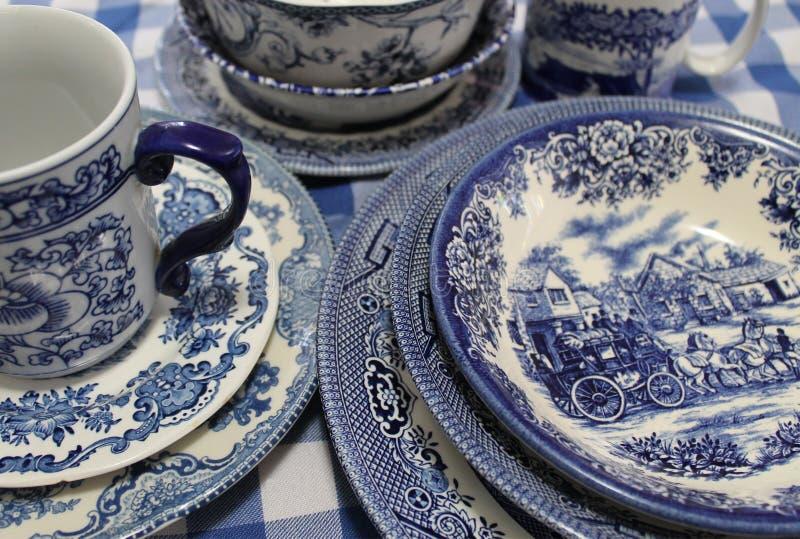 Inzameling van de Blauwe en Witte Schotels van China stock afbeeldingen