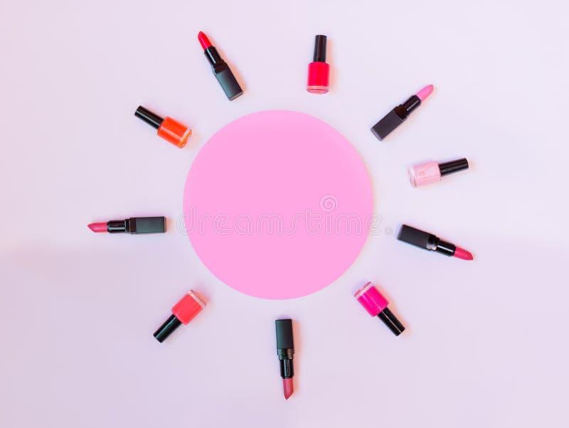 Inzameling van diverse lippenstiften en nagellakken stock afbeeldingen